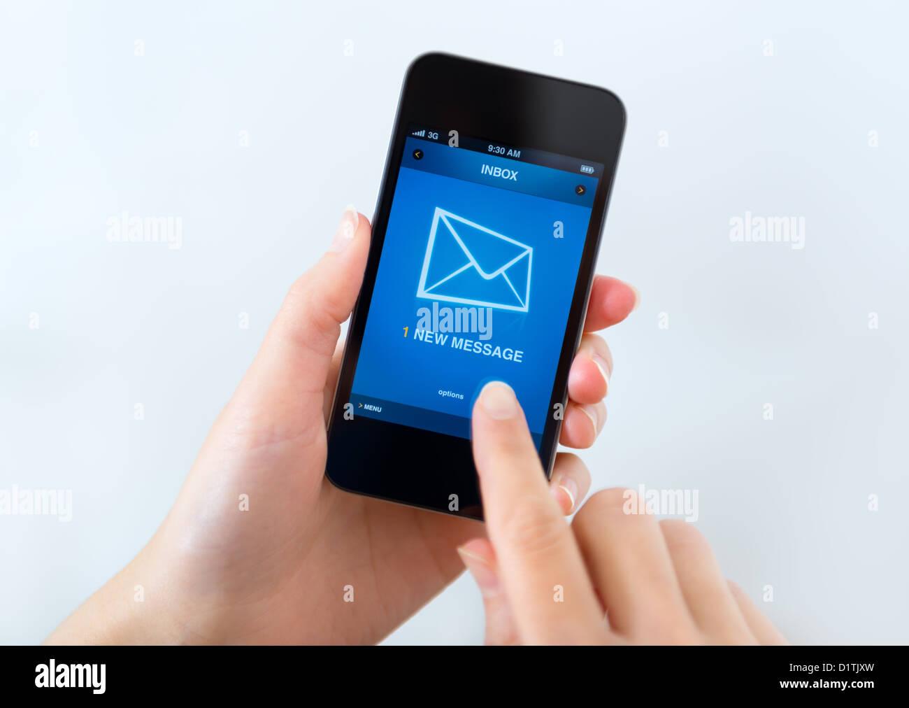 Un nouveau message reçu sur téléphone mobile. Photo Stock