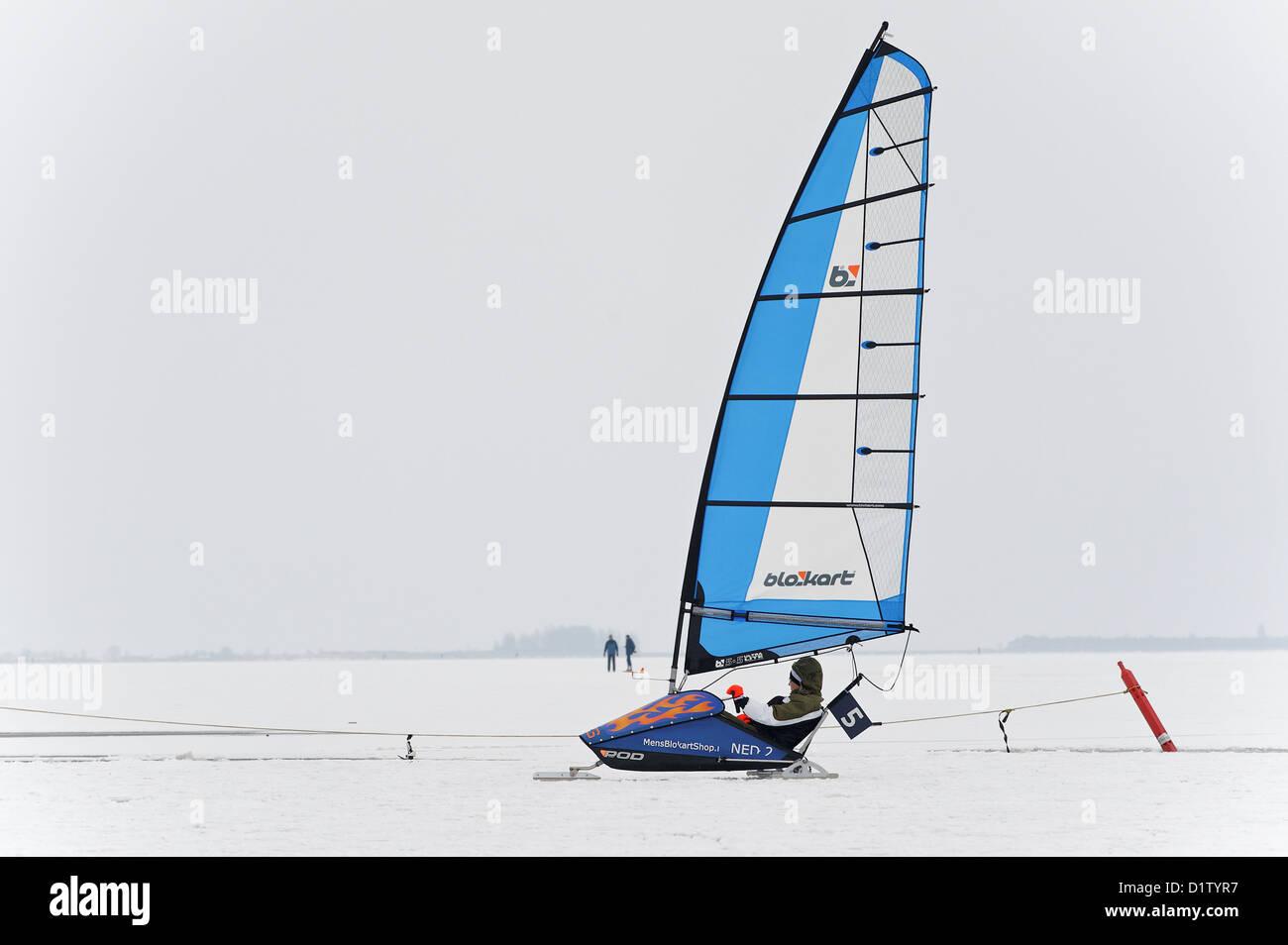 La planche à voile sur glace sur un lac gelé dans les Pays-Bas Photo Stock
