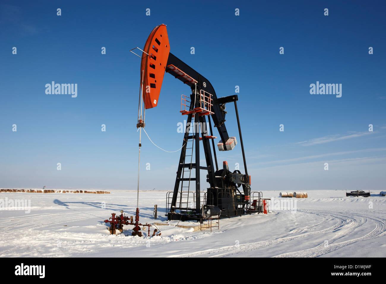 Pumpjack huile dans la neige hiver oublier Saskatchewan Canada Photo Stock