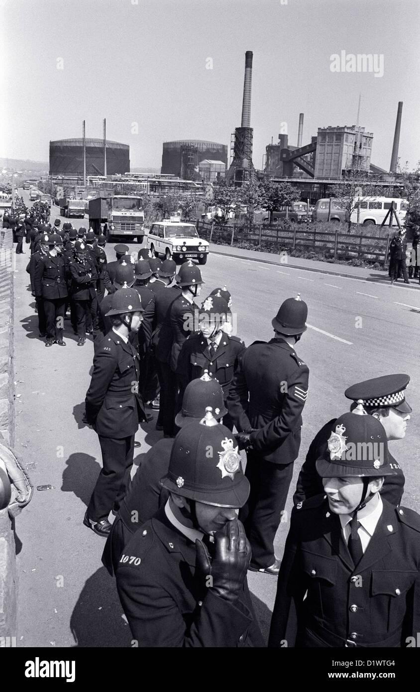 Protéger la police camions de livraison de charbon à l'Orgreave cokerie à Sheffield dans le Yorkshire du Sud pendant la grève des mineurs de 1984-1985. Banque D'Images