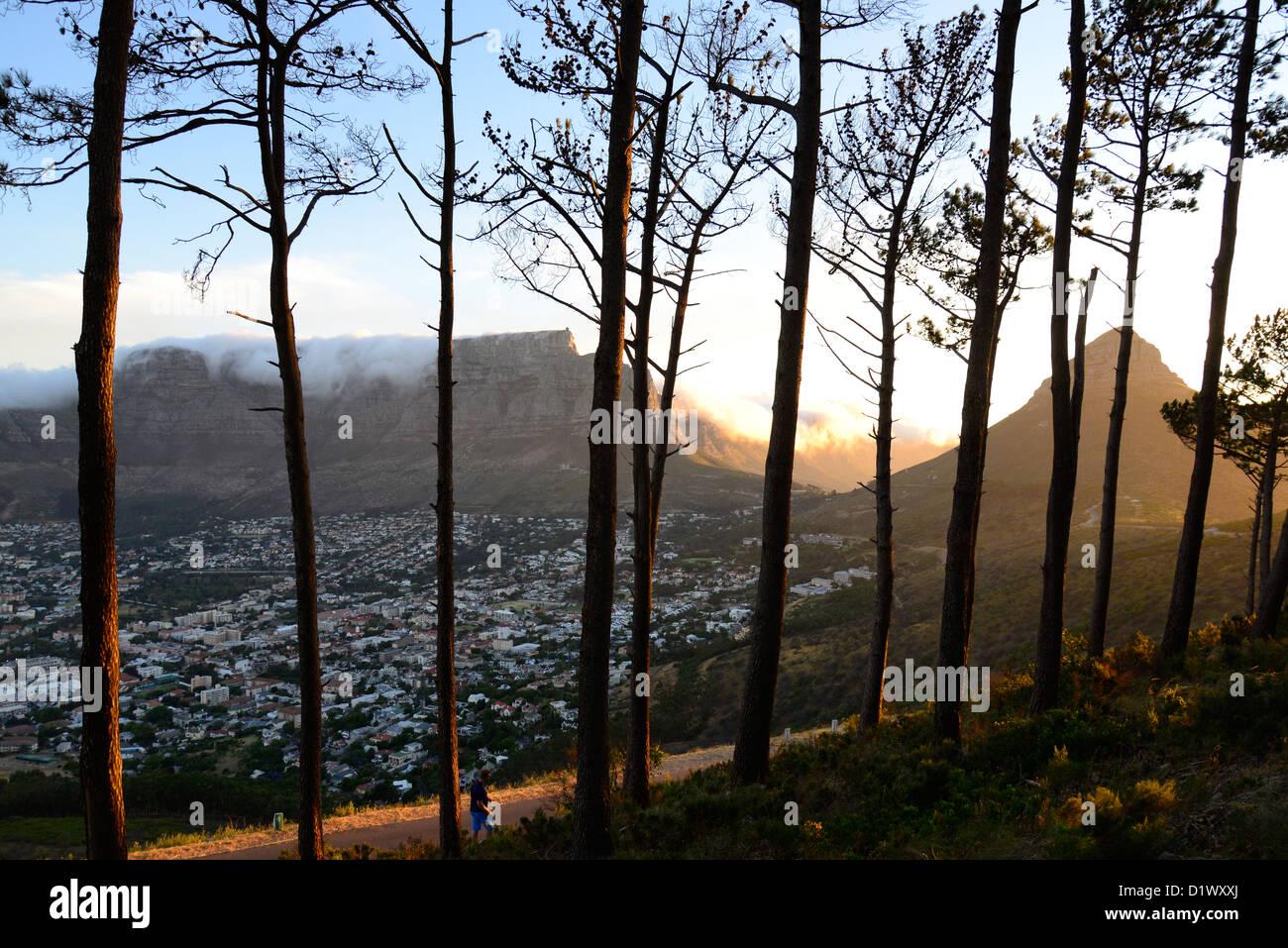 Table Mountain au coucher du soleil avec la 'table' en tissu de nuages qui pèsent sur elle; Tête Photo Stock