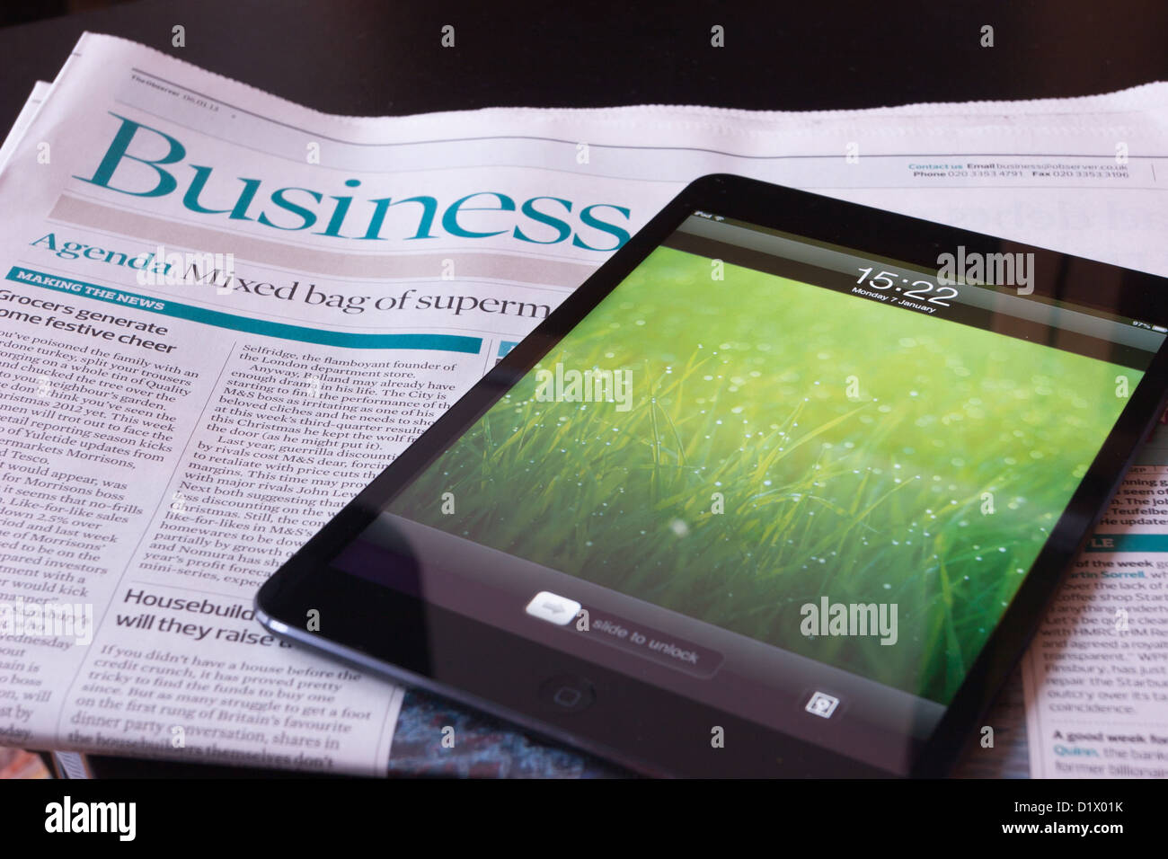 Un Apple iPad Mini se trouve sur un document d'entreprise Photo Stock
