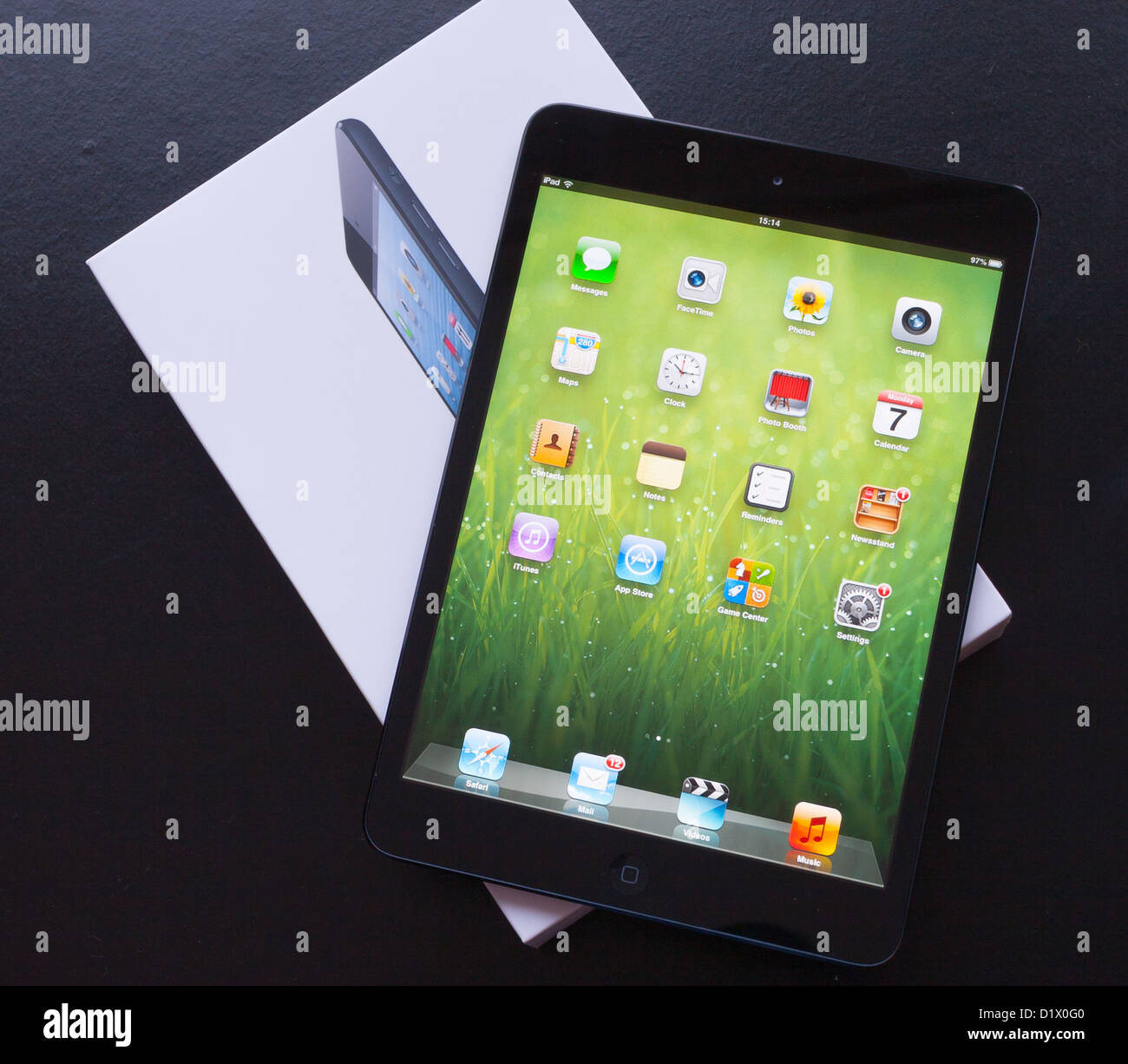 Une marque nouvelle Apple iPad Mini se trouve sur c'est fort Photo Stock