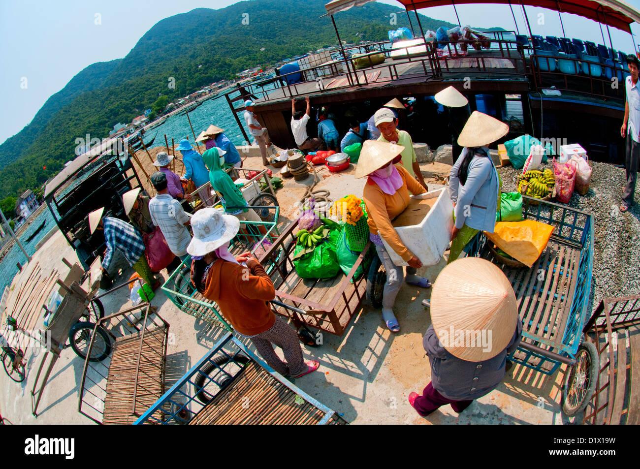 Vietnam, député, AJO Îles Cham, décharger le ferry quotidien dans le port Photo Stock