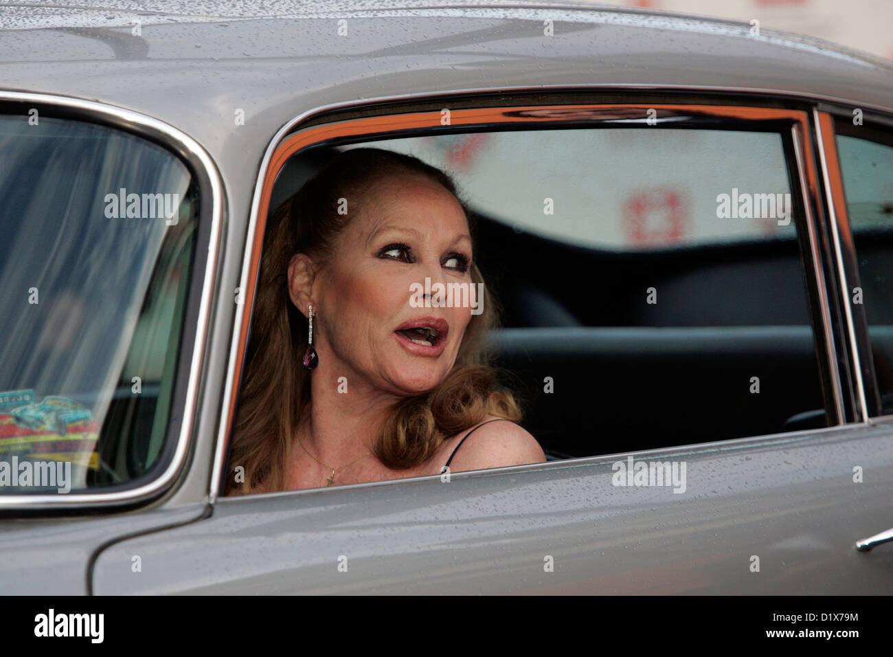 Ursula Andress dans le premier James Bond Aston Martin DB5 Photo Stock