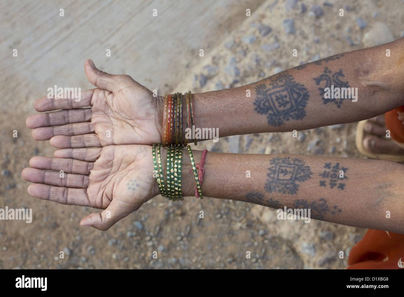 Tatouages Typique Sur Les Bras De La Femme De La Tribu Gond