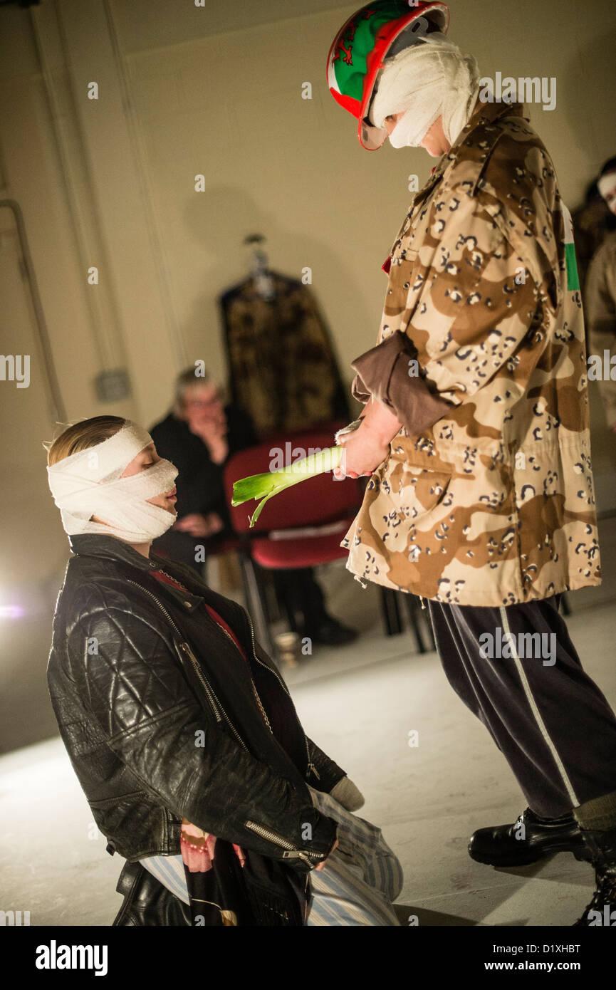 """FLUELLEN PISTOLET faire manger son poireau dans une scène d'un """"tout-femme' cast production de Henry V de Shakespeare, Banque D'Images"""