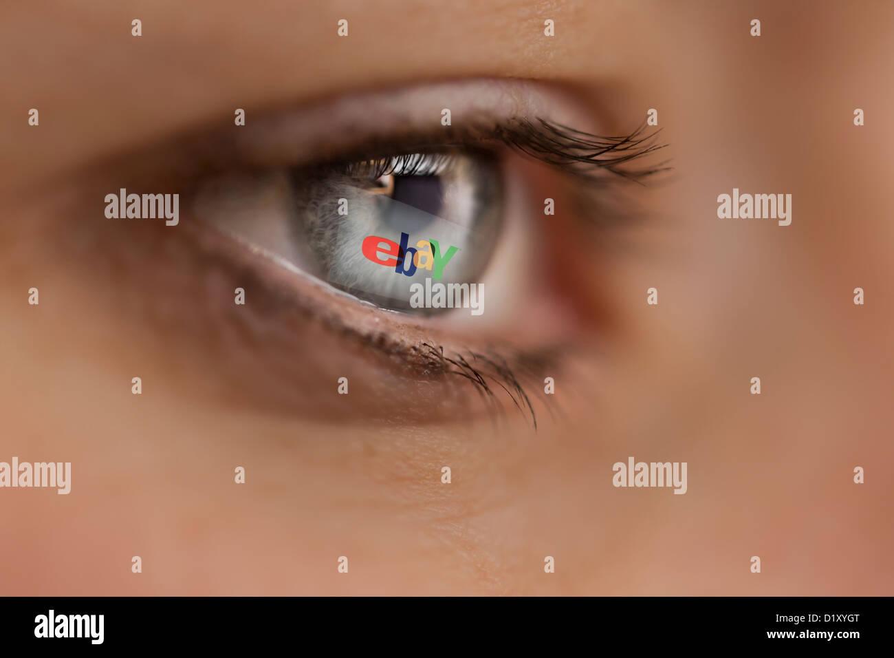Femme à la recherche sur le site Internet de l'encanteur en ligne ebay Photo Stock