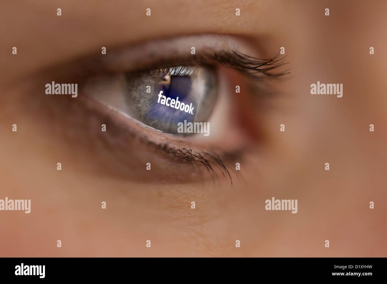 Femme à la recherche sur le site Internet de le réseau en ligne Facebook. Photo Stock