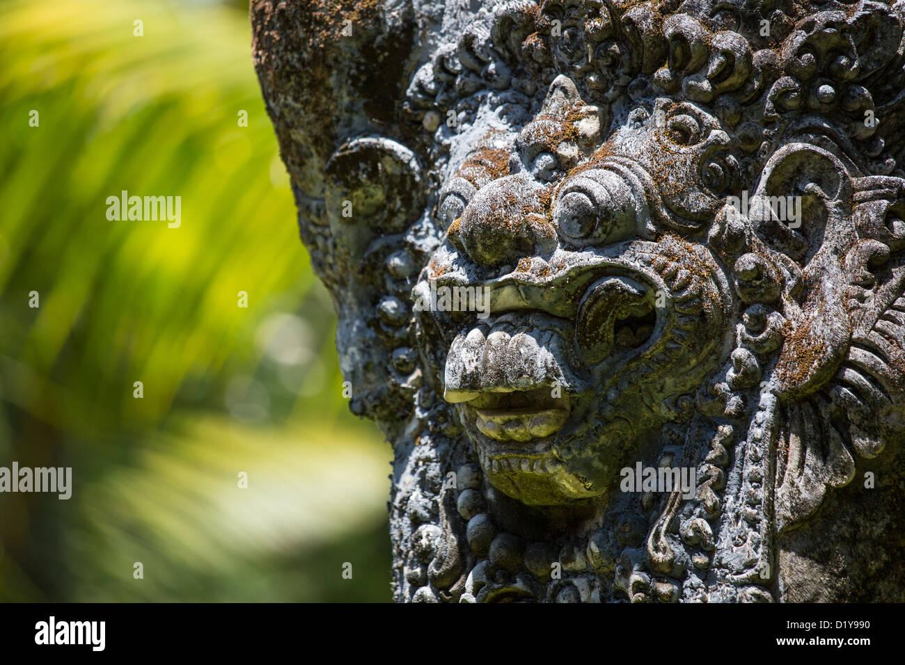 Statue balinaise dans les jardins traditionnels, Hyatt Regency Sanur, Bali, Indonésie Banque D'Images