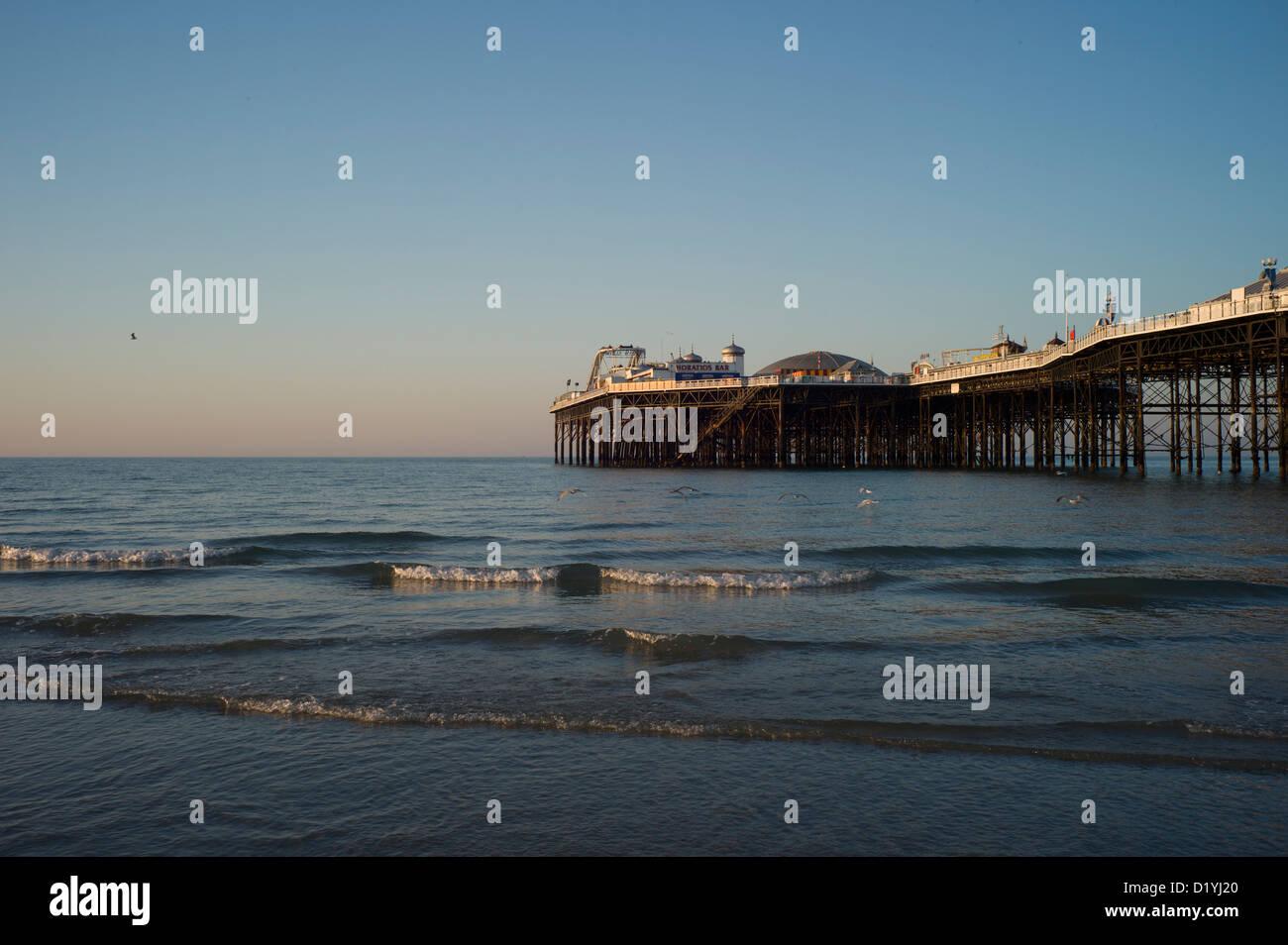 La jetée de Brighton, à marée basse, matin Banque D'Images