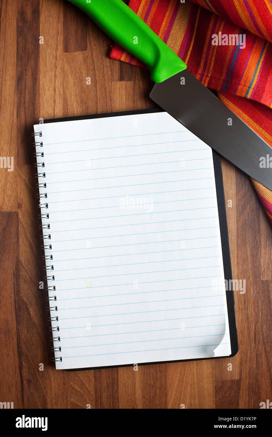 Le livre blanc et couteau de cuisine Photo Stock