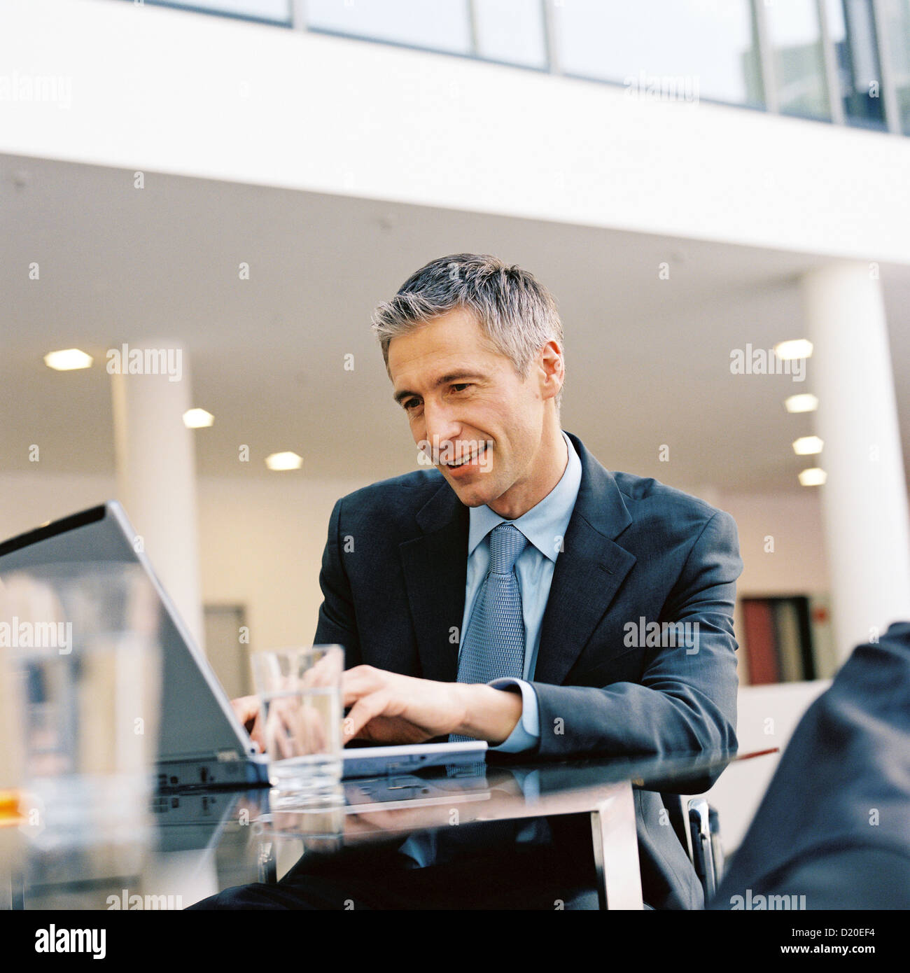 Voir l'homme d'affaires de licence gratuite portable affichage des annonces et panneaux d'exception Photo Stock