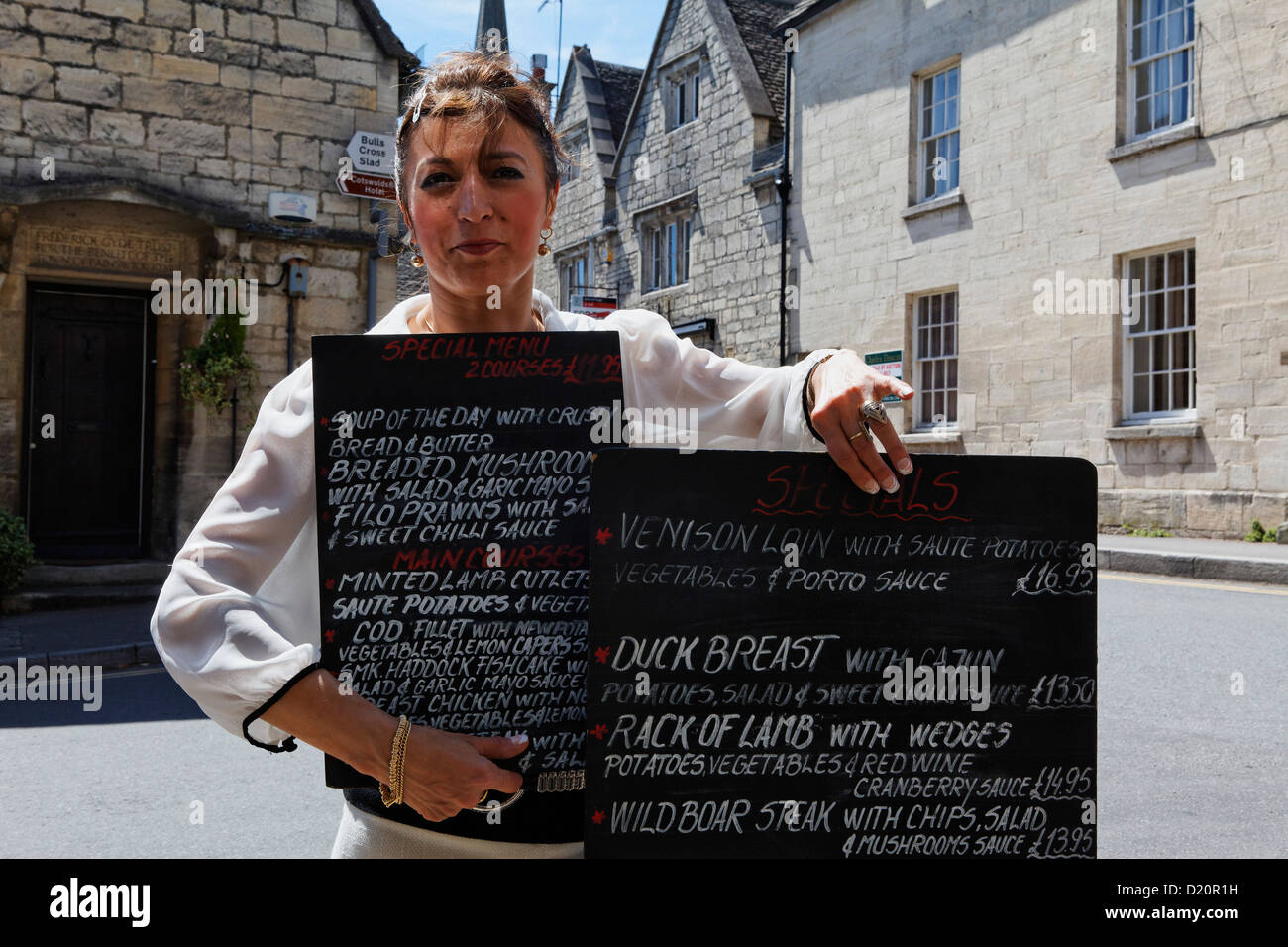Femme montrant le menu du Pub La Royal Oak, Painswick, Gloucestershire, Cotswolds, en Angleterre, Grande-Bretagne, Photo Stock