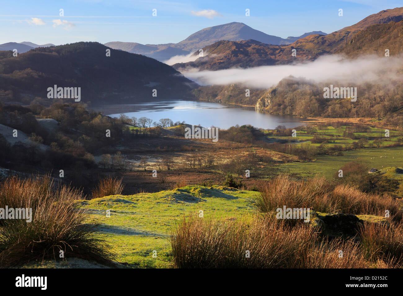 Vue panoramique du paysage de Snowdonia à Llyn Gwynant Nantgwynant le long lac avec brume du matin dans les Photo Stock