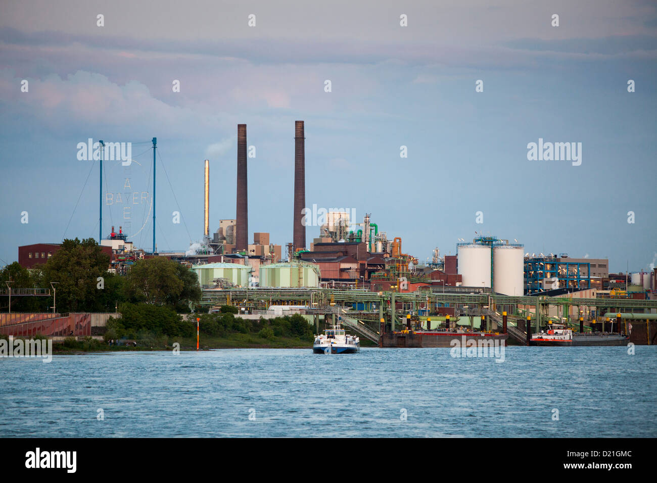 Rhin et Bayer de produits chimiques et pharmaceutiques les cheminées au crépuscule, Leverkusen, Rhénanie Photo Stock