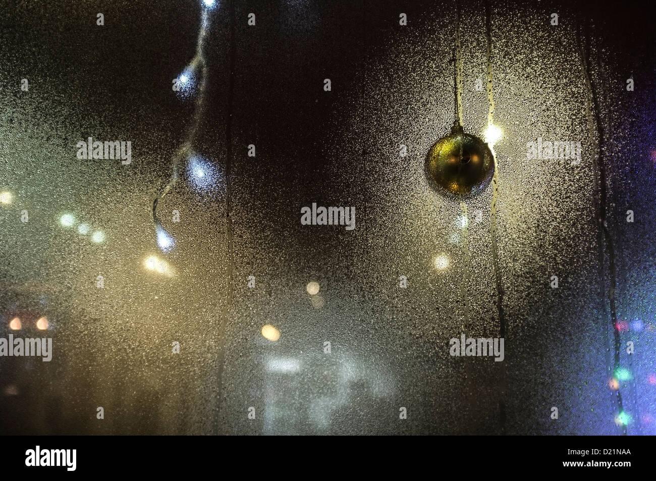 La condensation sur une vitrine, avec un éclairage brillant par mousseux rougeoyant, nuit, UK Photo Stock