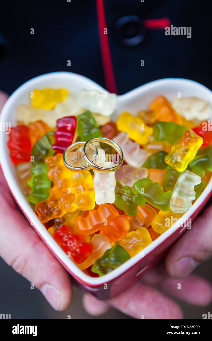 Les anneaux de mariage sur une bande d'ours gommeux Banque D'Images