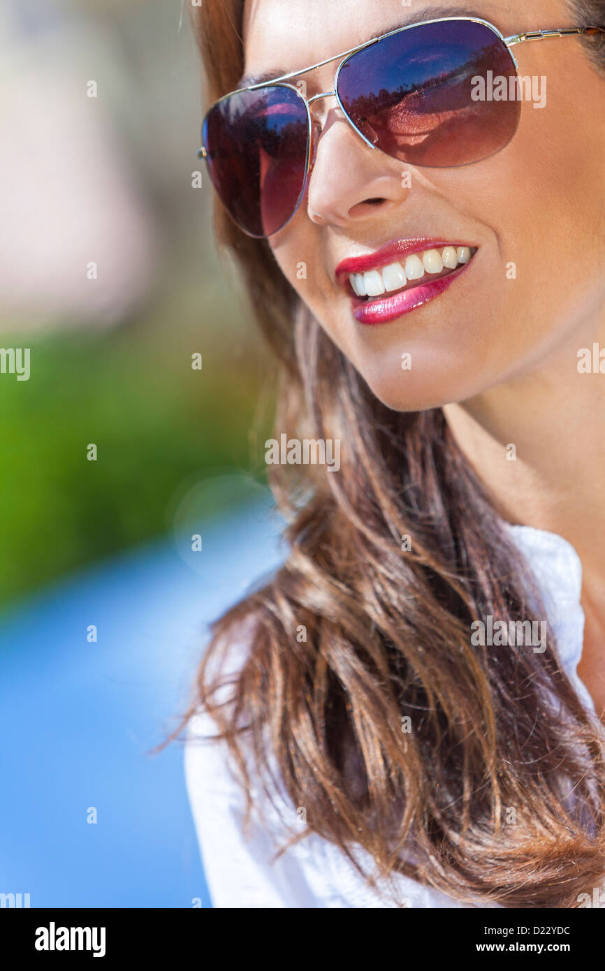 Brune Extérieur D'une Femme Jeune Portrait Belle Trentaine En YgvmI7bf6y
