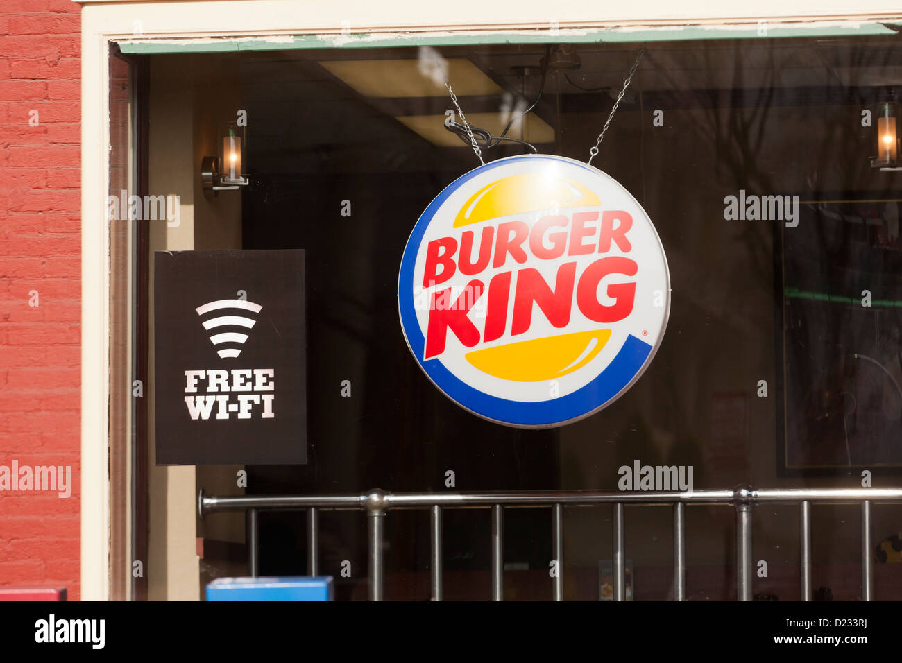 Restaurant Burger King fenêtre avec service WiFi gratuit sign Photo Stock