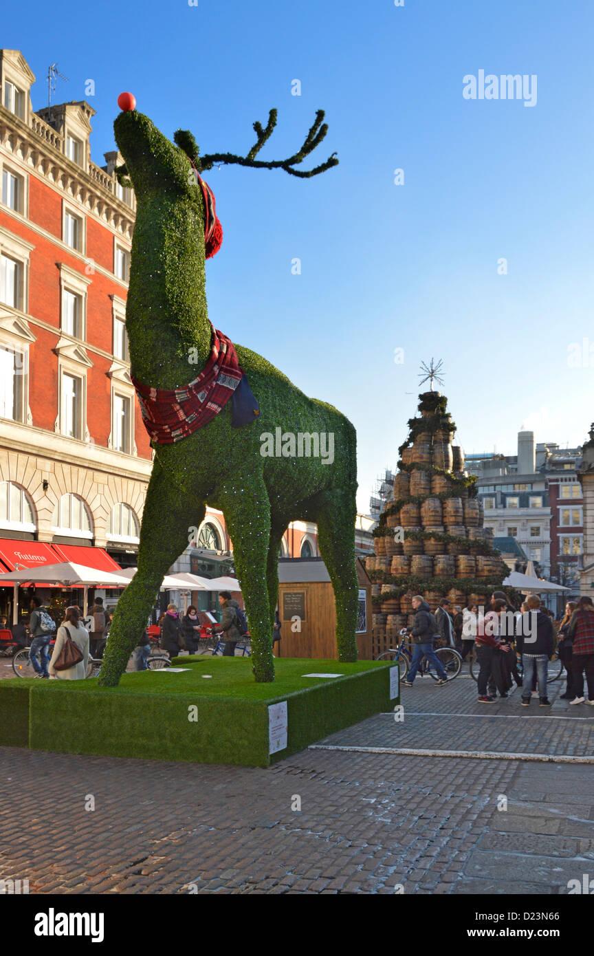 Covent Garden Piazza et de taille géante de renne de Noël London England UK Banque D'Images