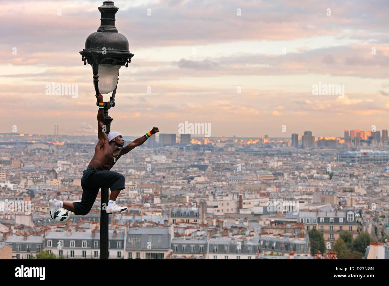 Artiste de performance acrobatique sur une vieille lampe à gaz sur la colline du Sacré Coeur et de Montmartre Photo Stock