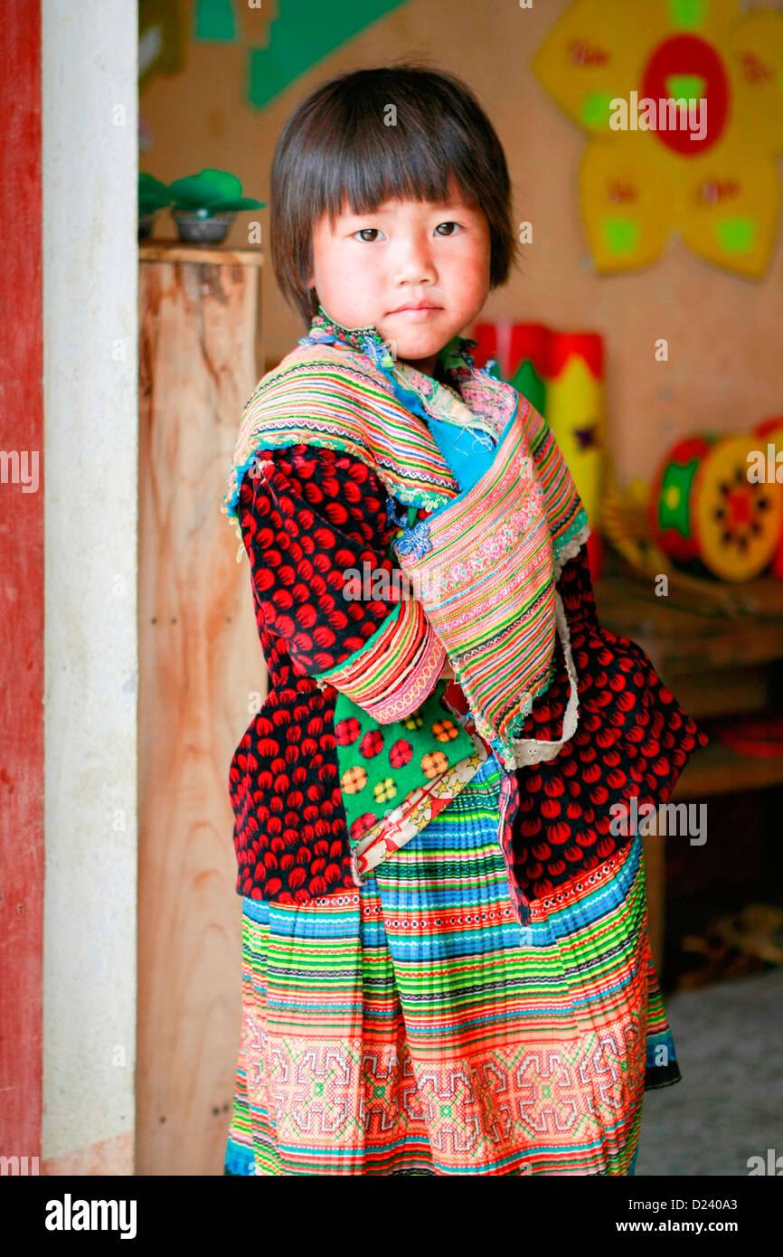 Un jeune H'Mong fleur fille lors d'une école de village près de Bac Ha, Nord Vietnam, Asie du Photo Stock