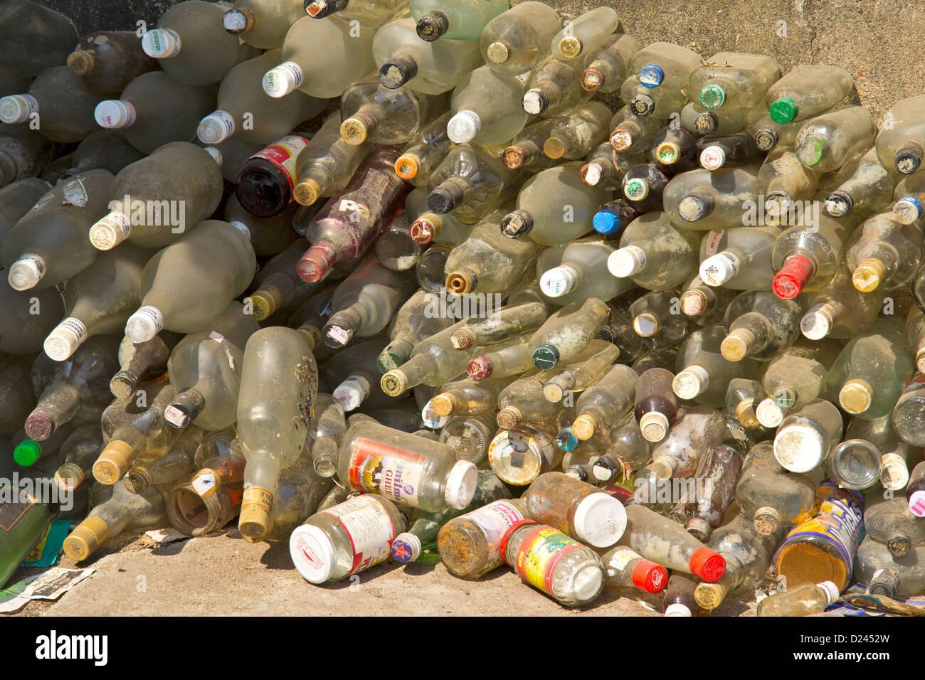Les bouteilles en plastique stockés contre un mur Photo Stock