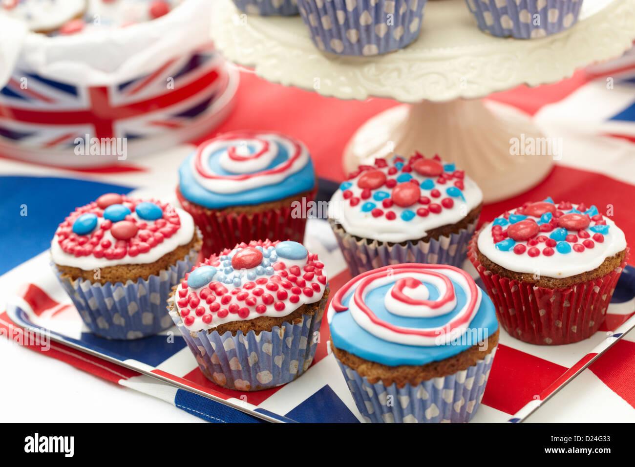 Cup cakes avec rouge, blanc et bleu cerise Photo Stock
