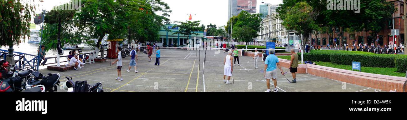 Tôt le matin; badminton; centre-ville en bord de Ho Chi Minh Ville, Vietnam Photo Stock