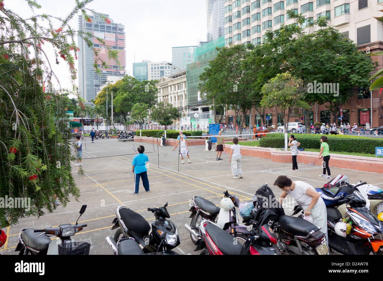 Badminton tôt le matin près de Saigon River au centre-ville; Ho Chi Minh Ville, Vietnam Photo Stock