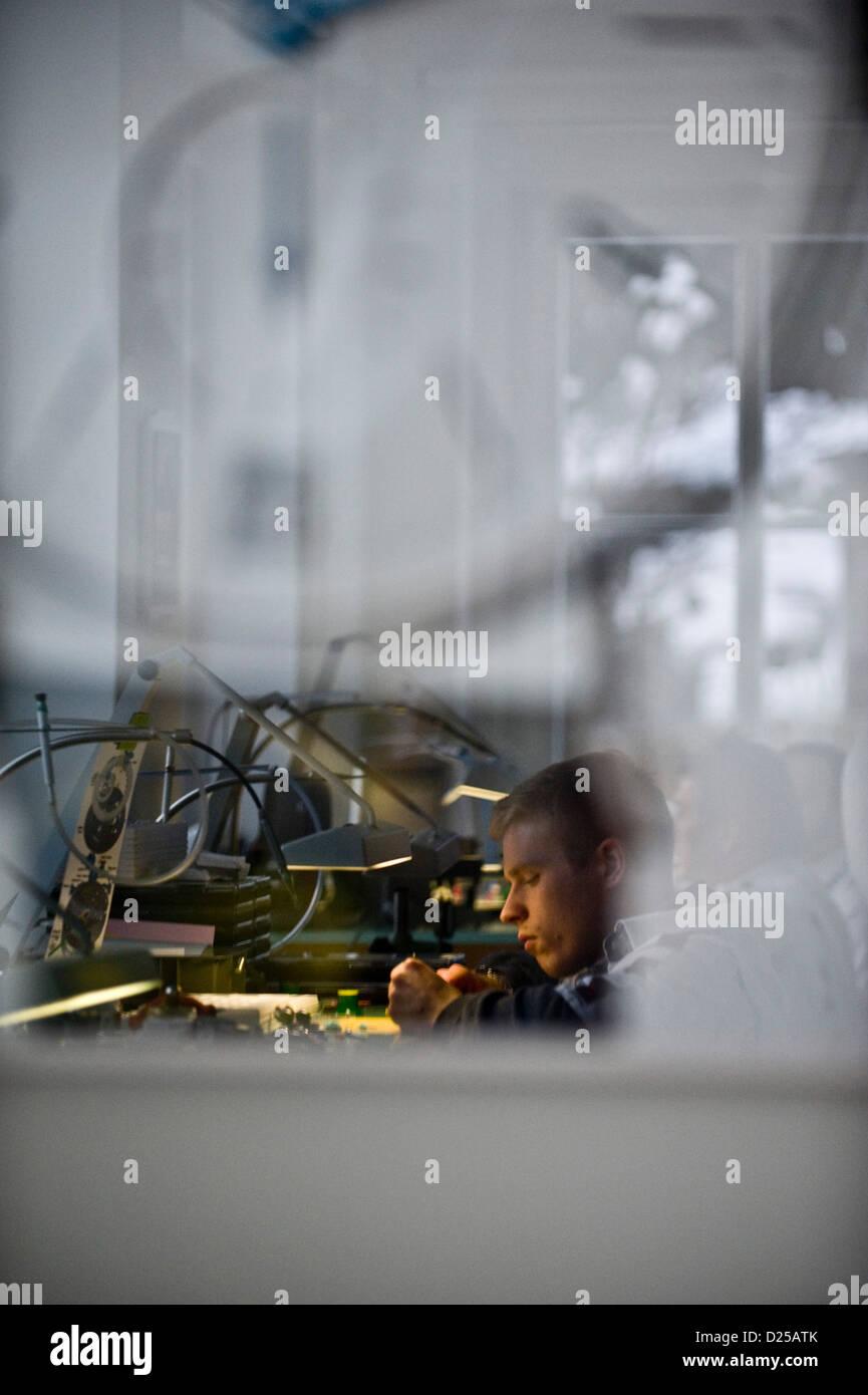 Les membres du personnel de l'assemblage d'une montre dans l'atelier de Nomos Glashuette horlogers de Glashuette, Banque D'Images