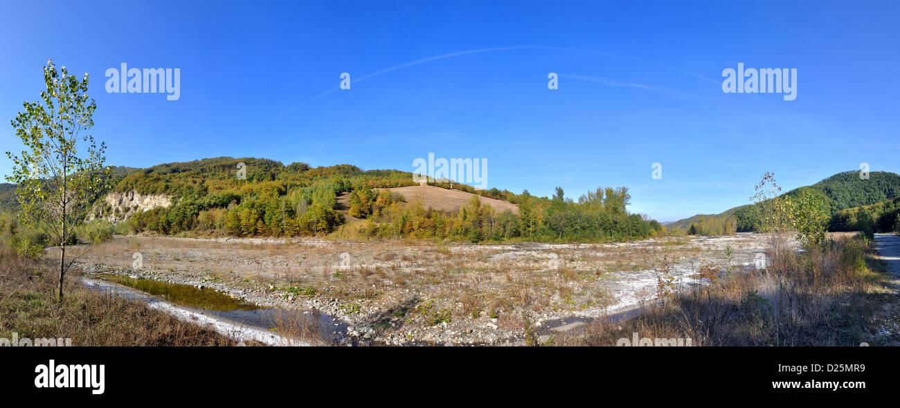 Reggio Emilia Apennins valley panorama avec rivière et maison solitaire uphill Photo Stock