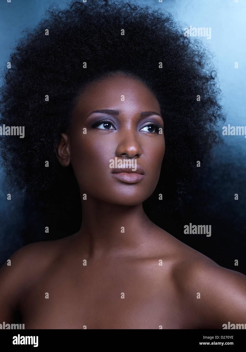 Portrait de beauté d'une jeune femme afro-américaine avec de grands cheveux naturels Photo Stock
