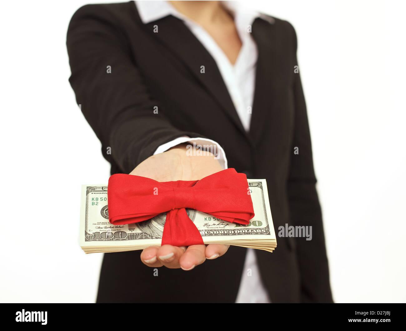 Homme d'affaires qui consent des bonus que un cadeau corporatif Photo Stock