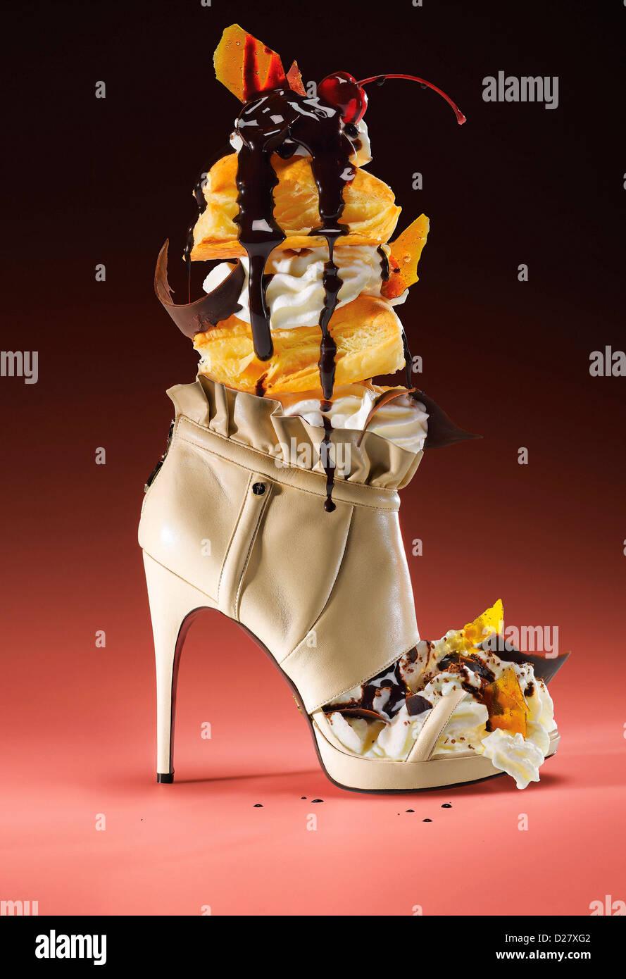 Chaussure haut talon rempli de glace Crème glacée sur fond rose Photo Stock