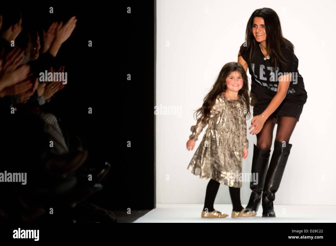 Designerin Leyla Piedayesh et sa fille Lou présente une création lors de la LALA BERLIN montrer lors de la MercedesBanque D'Images