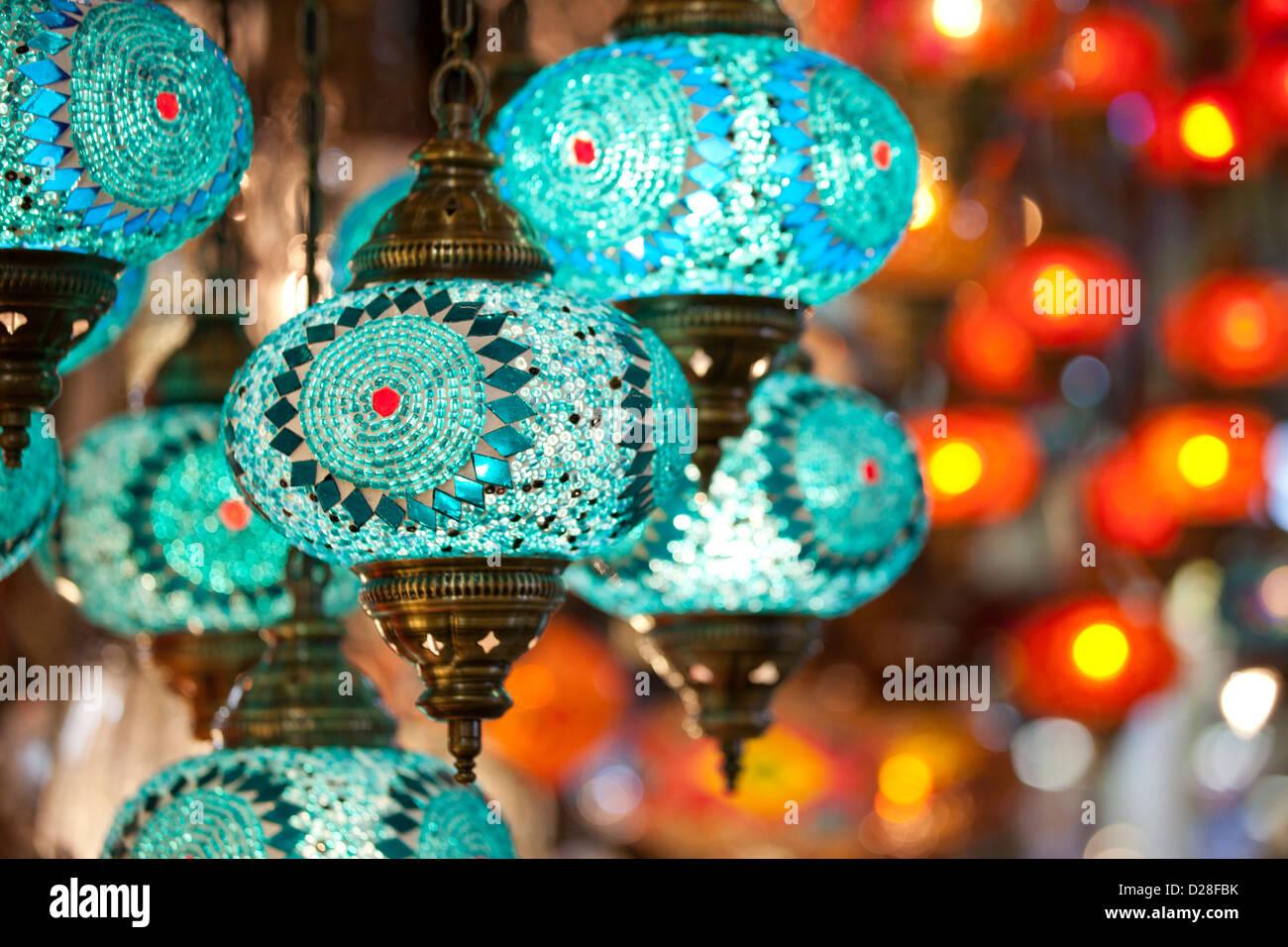 Lanternes en verre coloré turc électrique lampes dans le Grand Bazar Kapali Carsi Kapalicarsi ( Marché Photo Stock