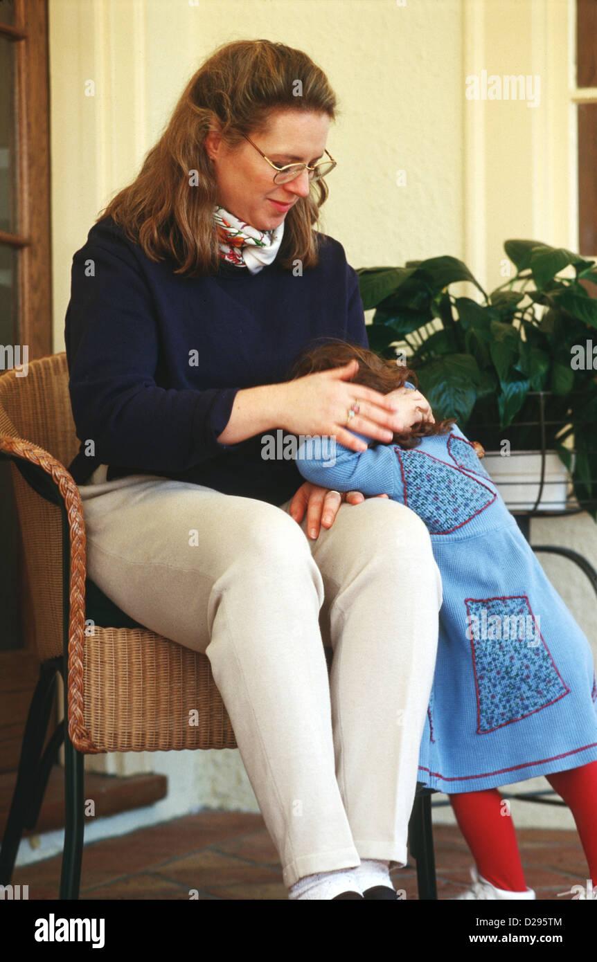 Femme d'une 30 ans réconfortant fille âgée de 3 ans Photo Stock
