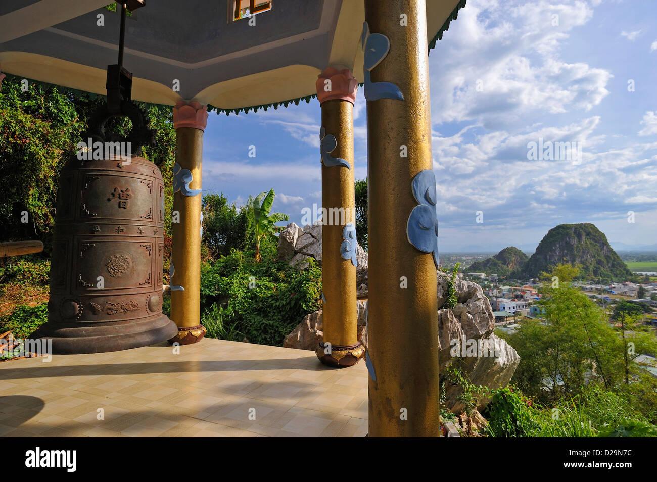 Bell ancienne sur les montagnes de marbre près de Danang, Vietnam Photo Stock