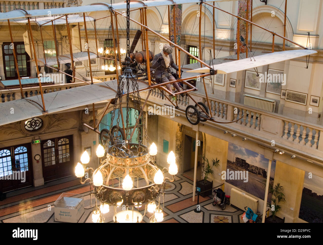 Le biplan Bristol Boxkite dans le foyer du Musée de Bristol. Banque D'Images