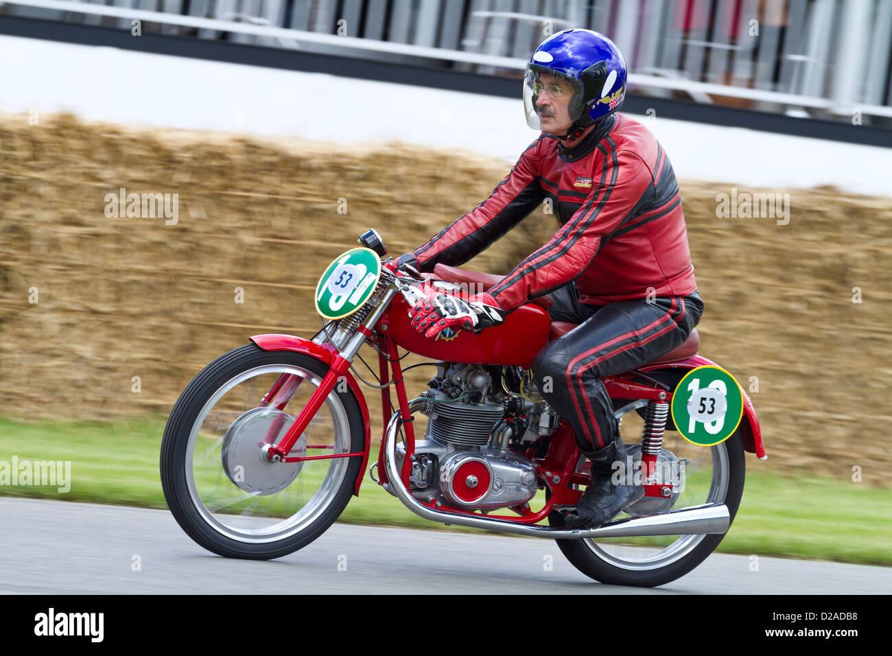 1953 MV Agusta Monoalbero avec rider Paul Galles au Goodwood Festival of Speed 2012, Sussex, UK. Banque D'Images