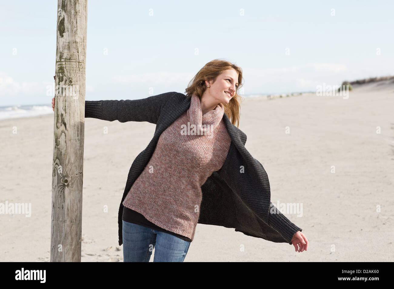 Femme d'un pôle oscillante on beach Photo Stock