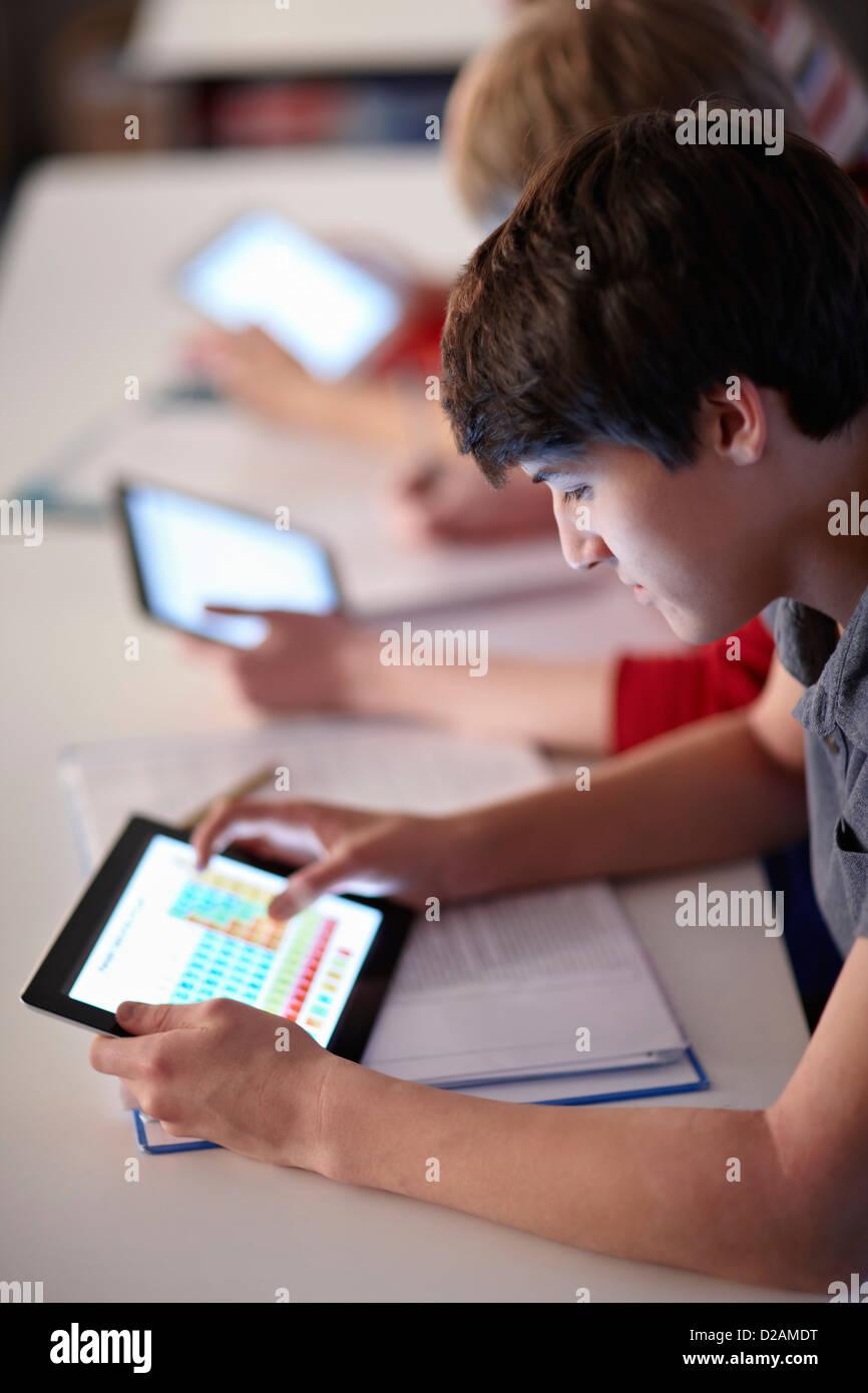 Les élèves à l'aide de tablet computers in class Photo Stock