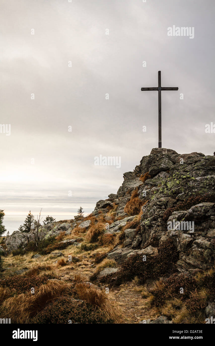 Croix sur une colline rocheuse Photo Stock
