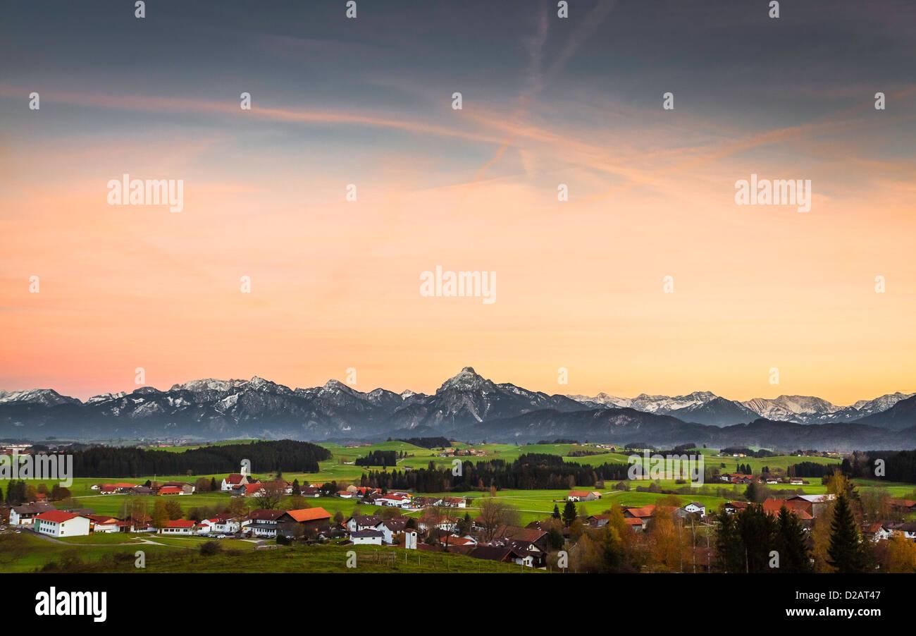 Nuages sur village et montagnes Photo Stock