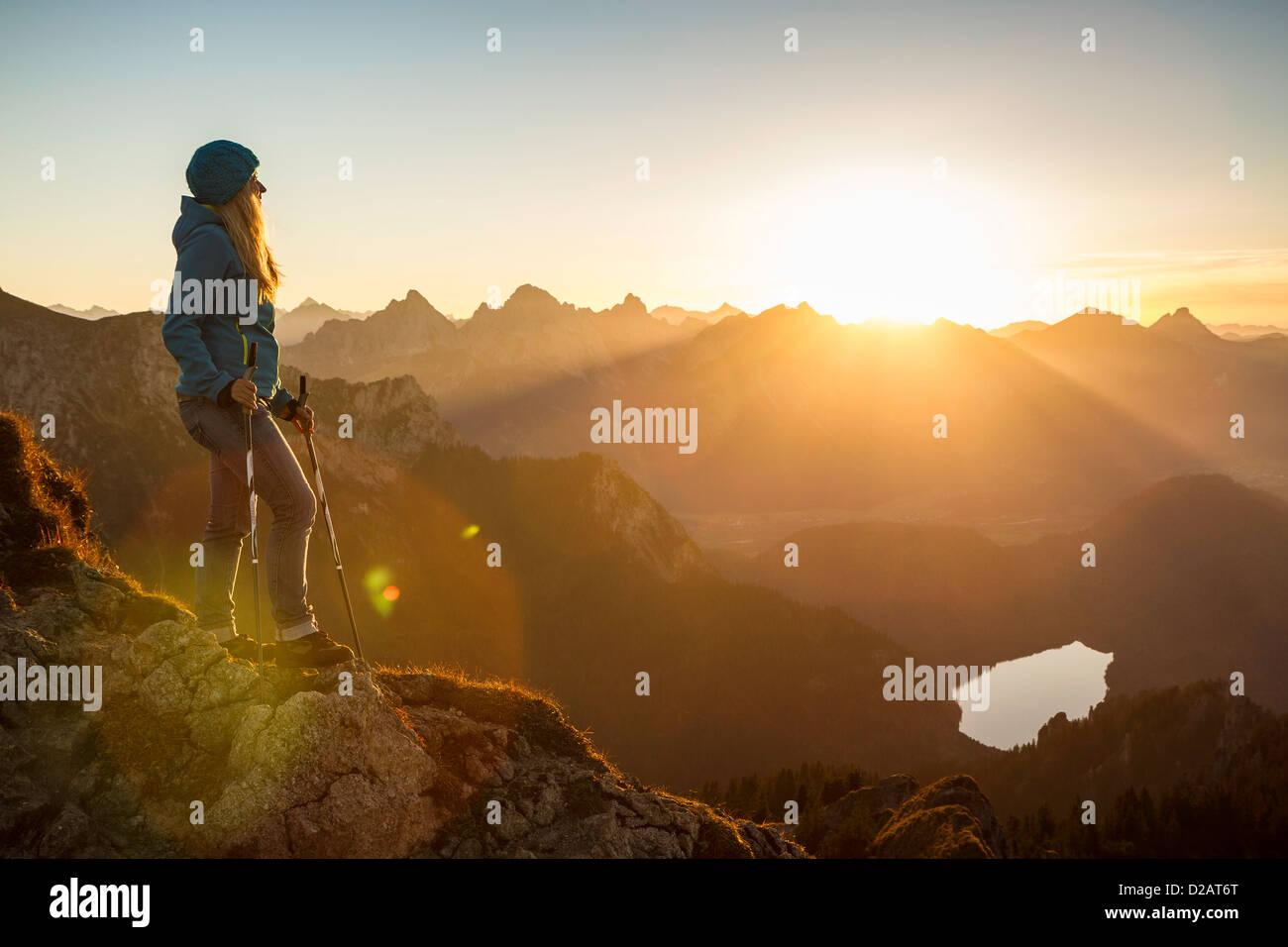 Randonneur debout sur une colline rocheuse Photo Stock