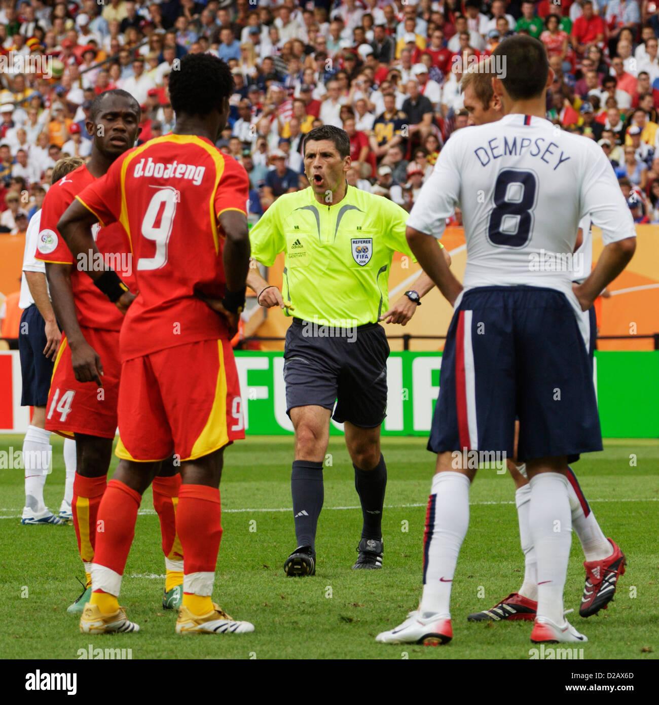 L'arbitre Markus Merk (GER) met en garde les joueurs pendant la Coupe du Monde de football Groupe E match entre le Ghana et les États-Unis. Banque D'Images