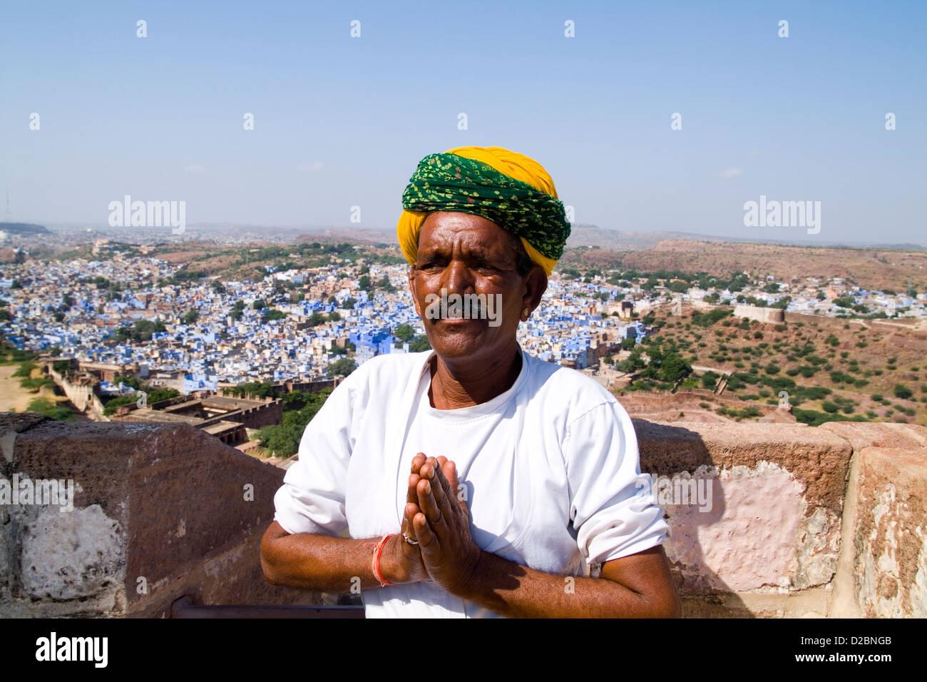 L'homme hindou avec turban dans la ville bleue de Jodhpur au Rajasthan Mehrangarh Fort à l'Inde Banque D'Images
