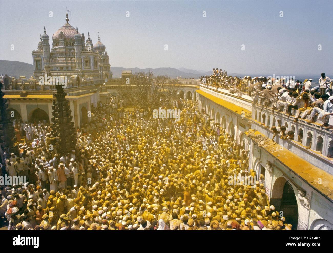 Comme les images Khandoba Malshabai Palanquin portant la porte de Temple Feuilles foule explose en couvrant tout Photo Stock